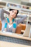 Allungamento della donna che lavora al pc Fotografie Stock