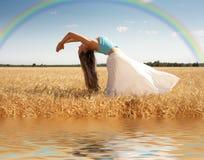 Allungamento della donna con il Rainbow Immagine Stock Libera da Diritti