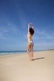 Allungamento della donna del bikini Fotografie Stock