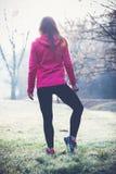 Allungamento della donna dell'atleta all'aperto Stile di vita sano Fotografia Stock