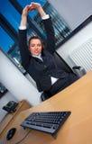 Allungamento della donna di affari Fotografie Stock