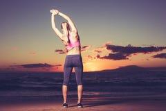Allungamento della donna di forma fisica Immagine Stock Libera da Diritti