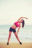 Allungamento della donna di forma fisica Immagine Stock
