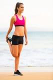 Allungamento della donna di forma fisica Immagini Stock