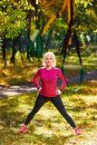 Allungamento della donna di forma fisica all'aperto Fotografie Stock