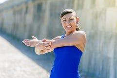 Allungamento della donna di forma fisica prima degli esercizi Immagine Stock Libera da Diritti
