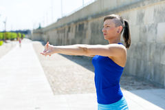 Allungamento della donna di forma fisica prima degli esercizi Immagini Stock Libere da Diritti
