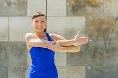Allungamento della donna di forma fisica prima degli esercizi Fotografia Stock