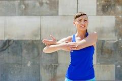 Allungamento della donna di forma fisica prima degli esercizi Immagini Stock