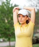 Allungamento della donna di sport Immagini Stock
