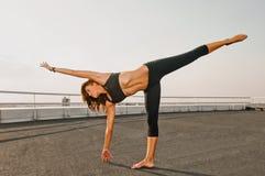 Allungamento della donna di yoga Immagine Stock