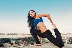 Allungamento della donna di yoga Fotografia Stock