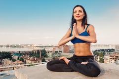 Allungamento della donna di yoga Immagini Stock Libere da Diritti