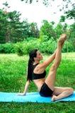 Allungamento della donna di Yougn all'aperto nel parco della città Fotografia Stock