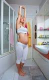 Allungamento della donna incinta Fotografia Stock
