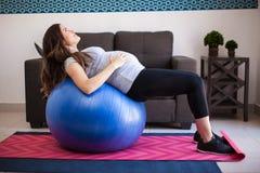 Allungamento della donna incinta Immagine Stock Libera da Diritti