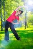 Allungamento della donna nell'esercizio di sport all'aperto Immagini Stock