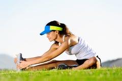 Allungamento della donna sportiva Fotografia Stock