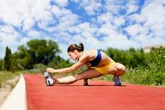 Allungamento della femmina dell'atleta Fotografia Stock Libera da Diritti