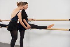 Allungamento della gamba Fotografia Stock Libera da Diritti