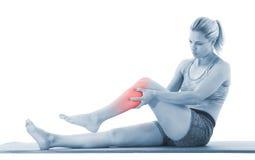 Allungamento della gamba della donna Immagine Stock