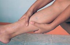 Allungamento della gamba della donna Fotografie Stock