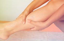 Allungamento della gamba della donna, dolore nel vitello Fotografia Stock