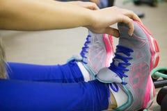 Allungamento della gamba nella classe di forma fisica Fotografia Stock Libera da Diritti