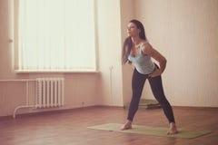 Allungamento della ginnasta Fotografie Stock Libere da Diritti