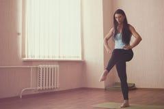 Allungamento della ginnasta Fotografie Stock