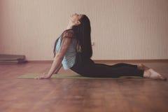 Allungamento della ginnasta Fotografia Stock