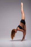 Allungamento della ginnasta della donna Fotografia Stock