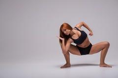 Allungamento della ginnasta della donna Fotografie Stock Libere da Diritti