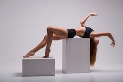 Allungamento della ginnasta della donna Immagini Stock