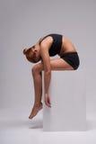 Allungamento della ginnasta della donna Immagine Stock Libera da Diritti