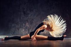 Allungamento della giovane donna Fotografia Stock