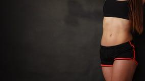 Allungamento della giovane donna in abiti sportivi Fotografie Stock Libere da Diritti