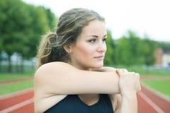 Allungamento della giovane donna di addestramento Immagini Stock