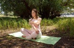 Allungamento della giovane donna - forma fisica, sport, addestramento e stile di vita Fotografie Stock