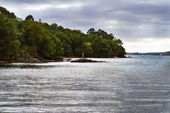 Allungamento della linea costiera con le scogliere coperte di vegetazione e di s Fotografia Stock