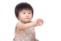 Allungamento della mano della neonata dell'Asia Fotografie Stock