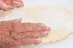 Allungamento della pasta dei biscotti di burro Immagini Stock Libere da Diritti