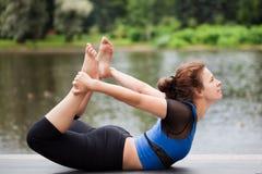 Allungamento della posa nell'yoga Immagini Stock