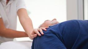 Allungamento della procedura di fisioterapia o di osteopatia nel collo Fotografie Stock Libere da Diritti