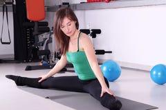 Allungamento della ragazza di esercitazione di forma fisica Fotografie Stock Libere da Diritti
