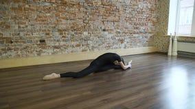 Allungamento della ragazza di flessibilità della ginnasta di forma fisica di sport Immagini Stock Libere da Diritti