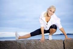 Allungamento della ragazza di forma fisica Fotografia Stock Libera da Diritti
