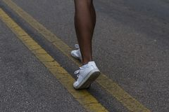 allungamento delle gambe per pareggiare di mattina Immagini Stock