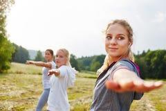 Allungamento delle giovani donne Fotografia Stock Libera da Diritti
