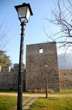 Allungamento delle pareti medievali di Monselice nella provincia di Padova nel verde dell'erba e del cielo blu in Veneto (Italia) Fotografia Stock